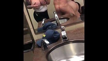 Татуированная сучка в голубом юбченке сладко охает и скачет на хуе ухажера