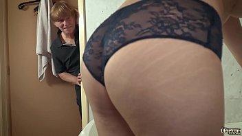 Паренек с длинным пенисом ебет в различных позициях девушку с мохнатой мохнаткой