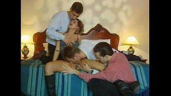 Две юные косплеерши энергично трахаются с бородатым секс инструктором