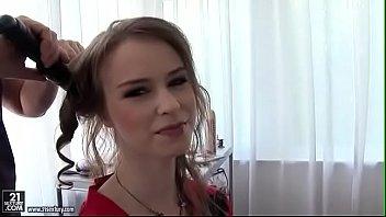 Русская девушка дрочит вагину в кресле