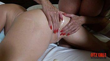 Муж облизывает рыжей жене мокрую писю и ебёт её страпон и хуем