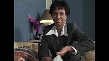 Женщина ласкает фаллос чистильщика бассейна и собирает семенную жидкость в руку