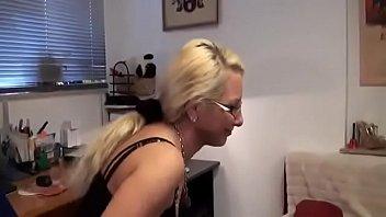 Тренер по йоге вдул сучке ненси на полянке