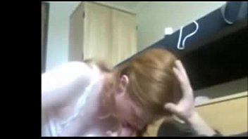 Пышногрудая мать мастурбирует на кухонном столе при помощи большого членозаменителя