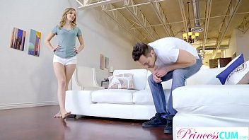 Полная брюнетка приподняла юбку и оприходовала саму себя рукой на диванчике