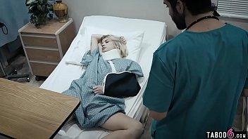Женщина с большой буфером дрочит писю пальцами в кровати