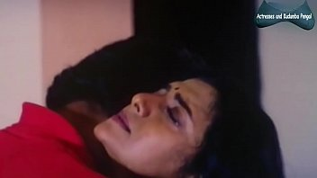 Девчонка с приличных размеров попочкой легла перед вебкой и занялась фистингом
