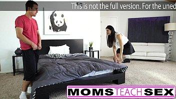 Мужик подсматривает за без одежды девчонками в спальне
