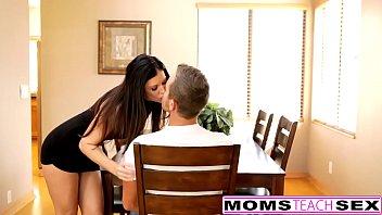 Мамочка с сверхестетственными волосиками показала дырку и дала жирному кавалеру