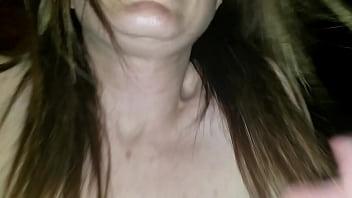 Голая брюнеточка поступила на кухню и поимела себя секс игрушкой