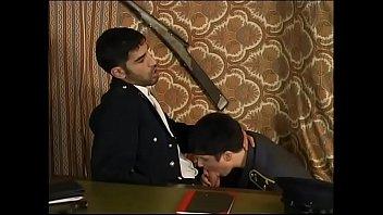 Пианистка любит ужасный жестком бдсм, поэтому самостоятельно причиняет для себя острую боль, сидя за синтезатором