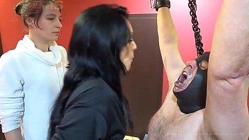 Мужик дает зрелой сучке на рот и ебет ее