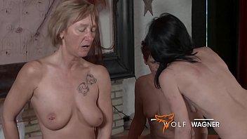 Дойкастая старая старуха натирает крупные сиськи и показывает выбритую половую щелочку