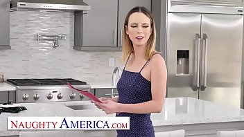 Юный проказник жарит мамку на кухне