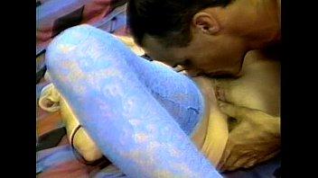 Пацанчик трахнул женщину в очко на диванчика