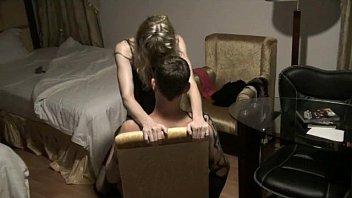 Массажистка лижет жопа татуированной клиентки на столе