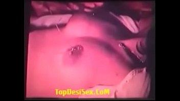 Молодая брюнетка вываливает большие буфера и насаживается на пенис избранника вульвой