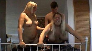 Зрелая блонда в красном лифчике отсасывает большой хуй партнера