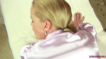 Темноволосая девушка дрюкается в раздроченный жопа на кровати