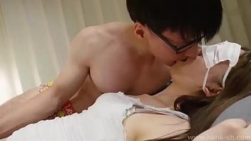 Худая рыжуха воспользовалась секс игрушкой на полу перед вебкамерой